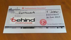 Scheck über 200€ mit Behind-Fortuna-Logo